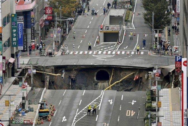 Der Krater tat sich auf einer Hauptstraße in Fukuoka auf.