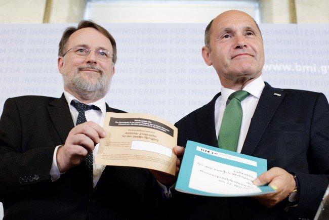 Wahlabteilungsleiter Robert Stein (L) und Innenminister Wolfgang Sobotka mit Wahlkarten
