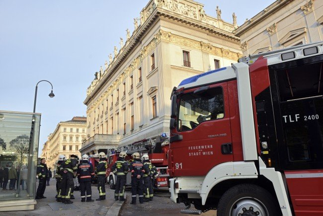 Die Feuerwehr konnte den Dachbrand im Wiener Parlament unter Kontrolle bringen