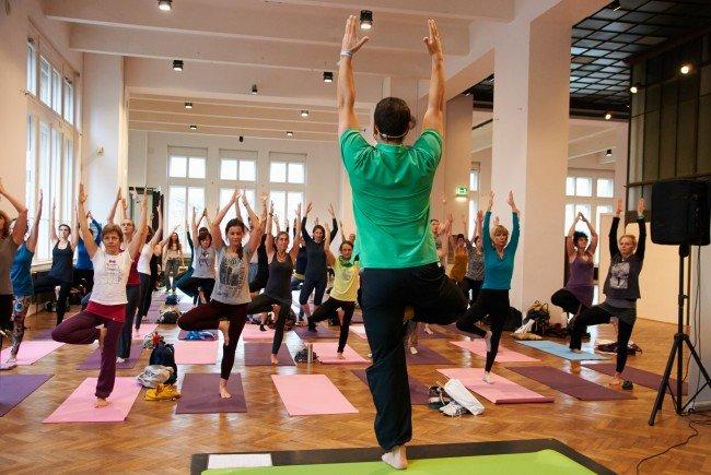 Begeisterte Messebesucher bei der Yoga Planet im MAK