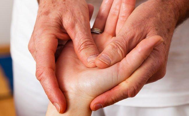 Akupressur kann bei Kopfschmerzen & Co. helfen.