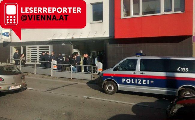Polizeieinsatz beim AMS am Mariahilfer Gürtel.