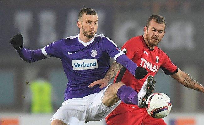 Petar Filipović (l.) und die Austria sind nach der Last-Minute-Niederlage gegen Astra Giurgiu konsterniert.