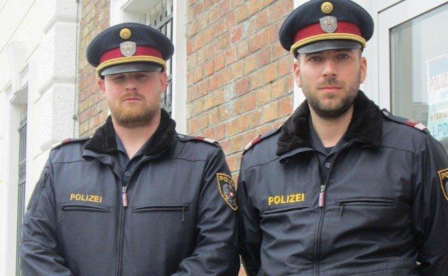 Revierinspektor Philipp S. (links) und Revierinspektor Patrick H. retteten die 21-Jährige, die aus dem Fenster geworfen wurde