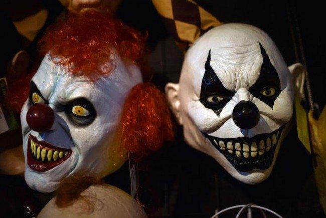Der Pkw-Lenker veriss sein Fahrzeug, der Horror-Clown wurde dadurch verletzt.
