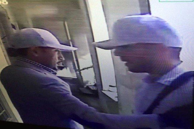 Die Polizei sucht nach diesen beiden Männern.