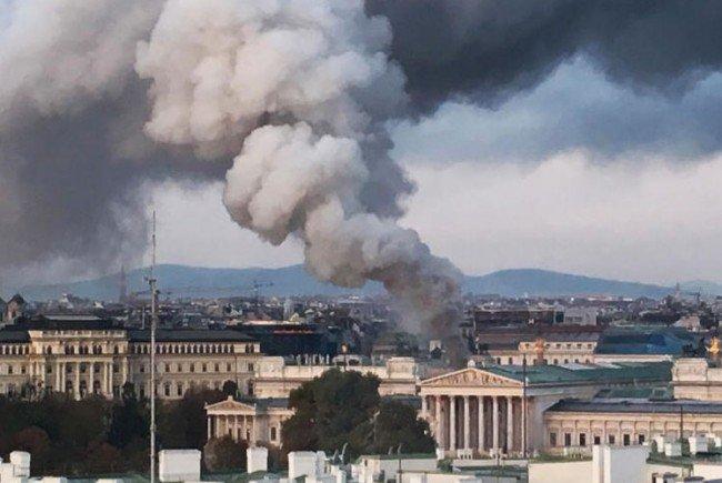 Der Rauch vom Parlament aus war in weiter Entfernung zu sehen.