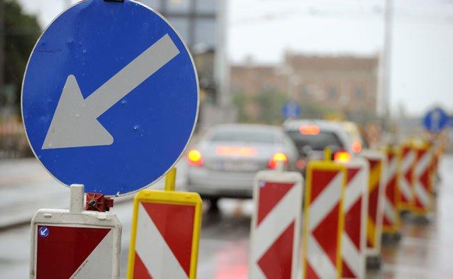 Nach der Straßensperre der Landesstraße L 2064ist die Schwechat-Brücke wieder befahrbar