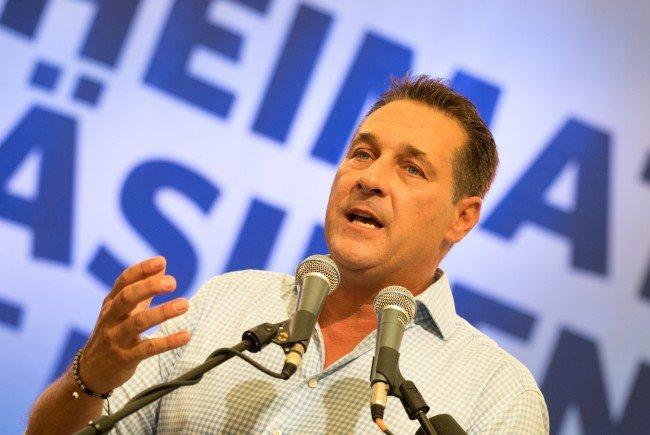 Heinz-Christian Strache wirbt bei den Serben um Stimmen für seinen Parteikollegen Norbert Hofer.