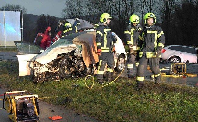 Bei dem Unfall in NÖ kamen zwei Personen ums Leben.