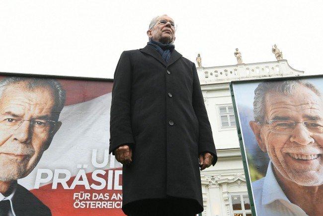 Van der Bellen vor seinen neuen Plakaten für das Wahlkampffinale.