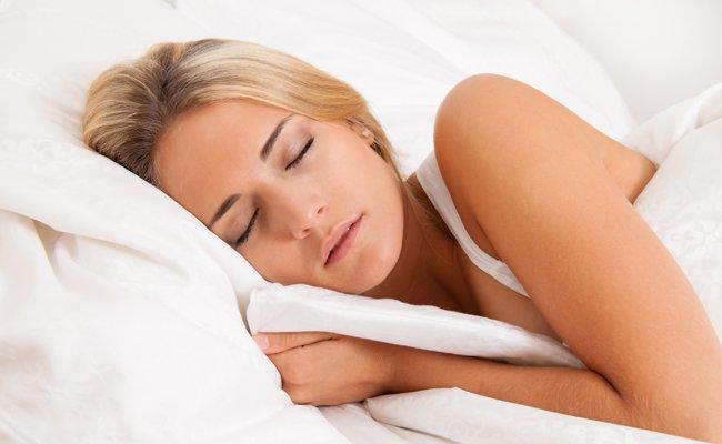 Frauen sollten beim Schlafen besser auf Unterwäsche verzichten.