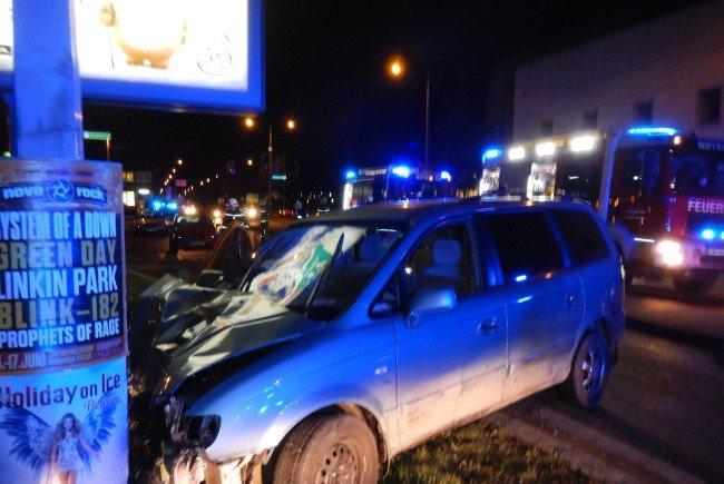 Am Ende prallte das Unfallsfahrzeug gegen einen Lichtmast.