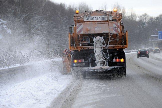 Der Wintereinbruch kam für einige Auto- und Lkw-Fahrer überraschend.