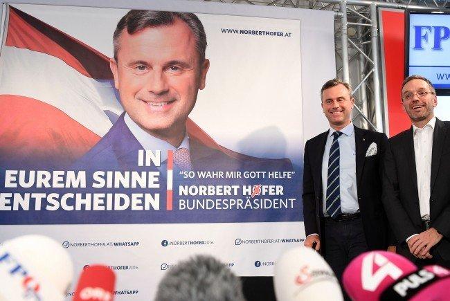 FPÖ-Präsidentschaftskandidat Norbert Hofer vor einem der offiziellen Plakate