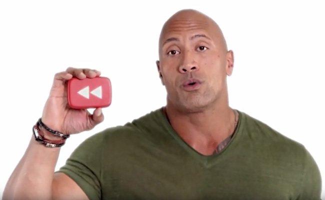 """Dwayne """"The Rock"""" Johnson im Intro des Jahresrückblicksvideos auf YouTube."""
