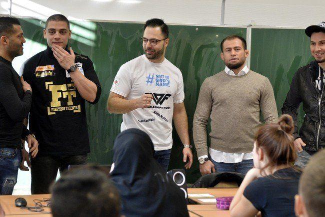 Acht Fäuste gegen Radikalisierung: Kampfsportler in Wiener Schule zu Besuch.