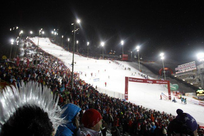 Der Nachtslalom von Schladming lockt auch heuer wieder zahlreiche Skifans an.