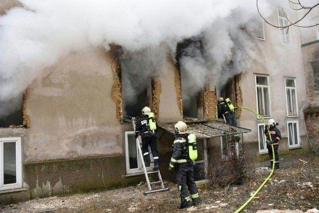 Einsatzkräfte der Feuerwehr während des Einsatzes nach der Gas-Explosion in Hernals