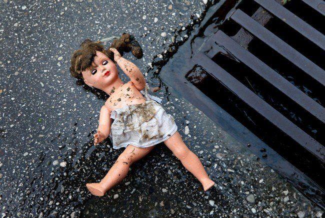 Kind schwerst verletzt in der Nähe eines Spielplatzes entdeckt.