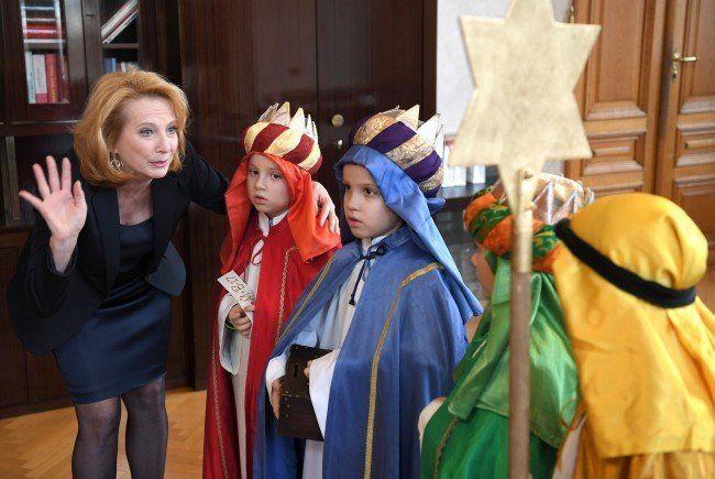 Eine Gruppe Sternsinger bei einem Besuch bei Nationalratspräsidentin Doris Bures am Mittwoch im Parlament