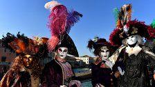 Massenhaft Touristen beim Karneval in Venedig