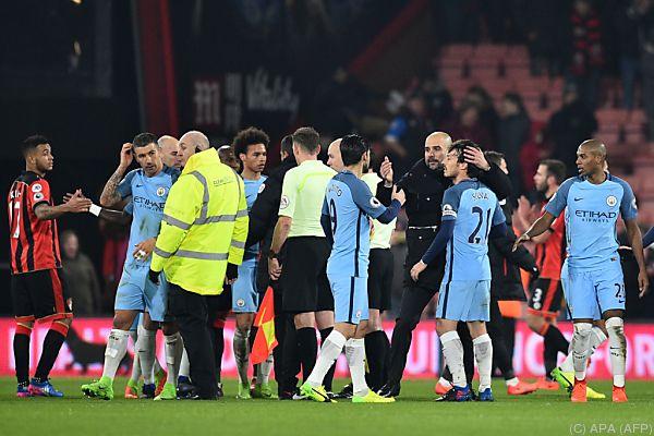 Pep Guardiola beglückwünscht seine Spieler