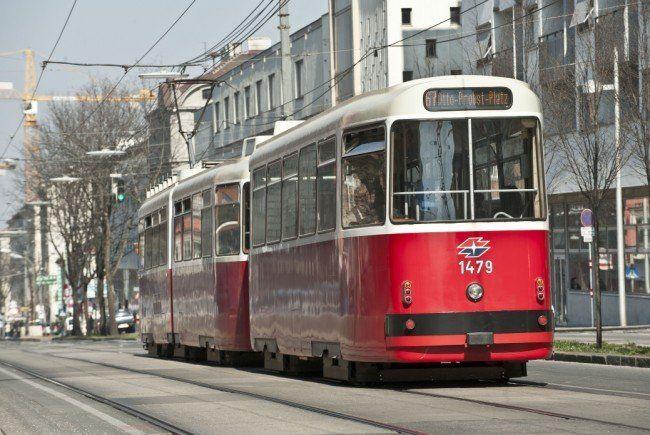 Der Mann wurde in Wien-Favoriten von der Straßenbahn erfasst und schwer verletzt.