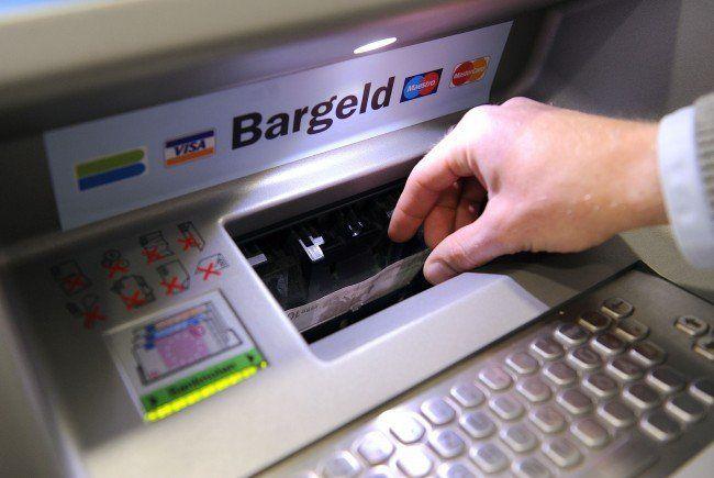 Drei Verdächtige wollten einen Mann beim Geldabheben bestehlen.