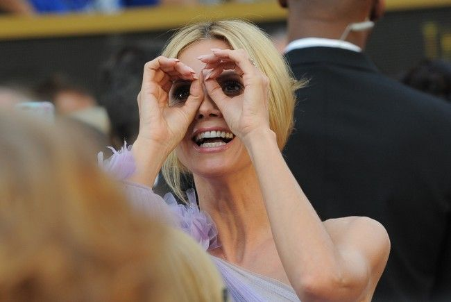 Heidi Klum sieht beim GNTM-Fotoshooting in dieser Woche genau hin.