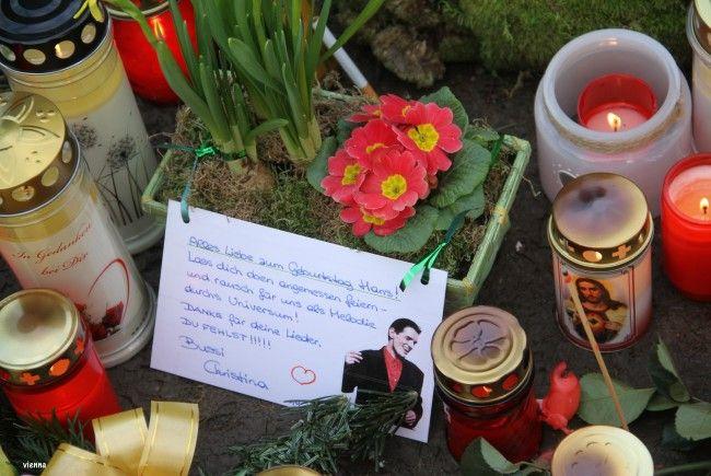 Sehr persönliche Grüße hinterließen einige Besucher an Falcos Grab
