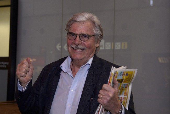 Schauspieler Peter Simonischek wurde am Wiener Flughafen empfangen