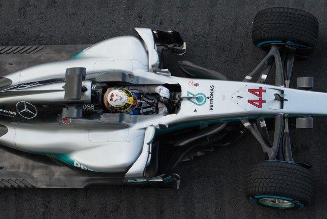 Lewis Hamilton stellte den neuen Silberpfeil für 2017 auf der Strecke in Silverstone vor.