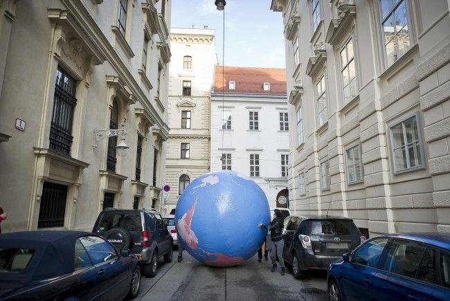 """Die Redaktion von """"Südwind"""" protestiert gegen den Förderstopp vor dem Außenministerium"""