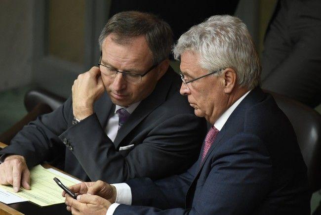 FPÖ-Abgeordneter Klinger (L.) übt Kritik an Regierungsausgaben