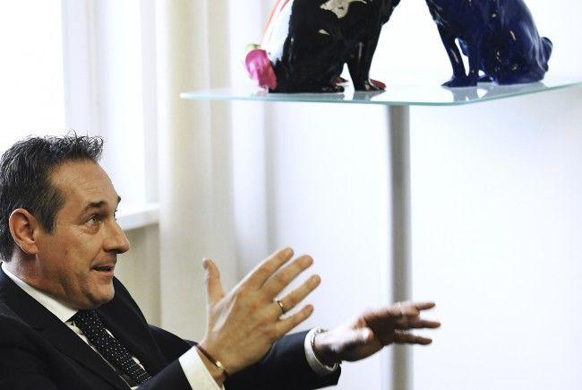 FPÖ-Chef Heinz-Christian Strache während des Interviews mit der APA