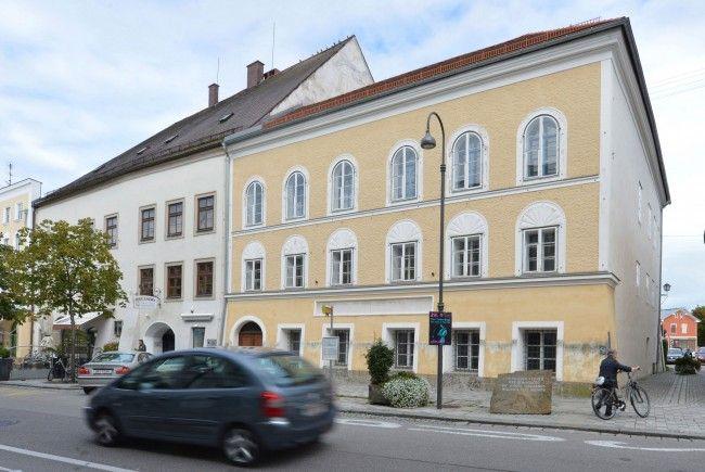 Vor dem Geburtshaus Adolf Hitlers in Braunau ließ sich der Doppelgänger bereits fotografieren