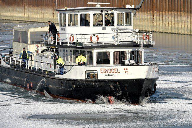 Der Eisbrecher MS Eisvogel stand am Montag in Flammen.