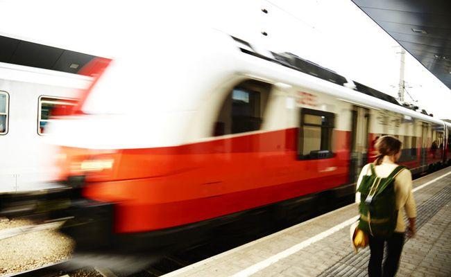 Ein 48-Jähriger wurde in der Bahnstation von einem Zug erfasst.