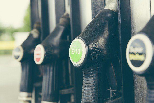An Tankstellen darf nicht mit dem Handy telefoniert werden.