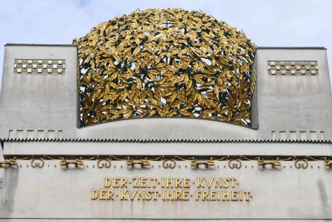 Die Goldkuppel soll vom Rost befreit werden.