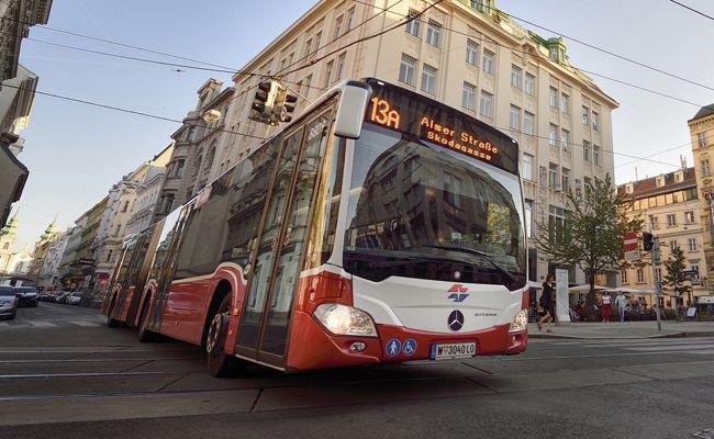 Zwei Männer versuchten Fahrgäste in der Buslinie 13A zu bestehlen.