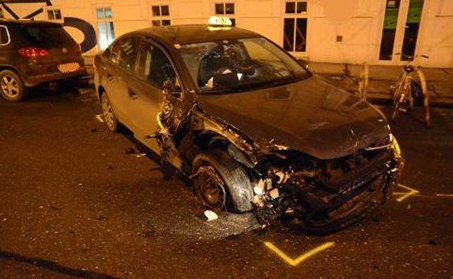 An den beteiligten Unfall-Fahrzeugen entstand erheblicher Sachschaden.