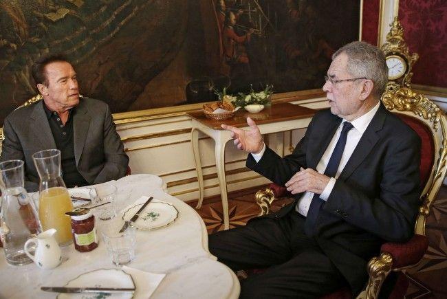 Bundespräsident Alexander Van der Bellen und Arnold Schwarzenegger im Gespräch.