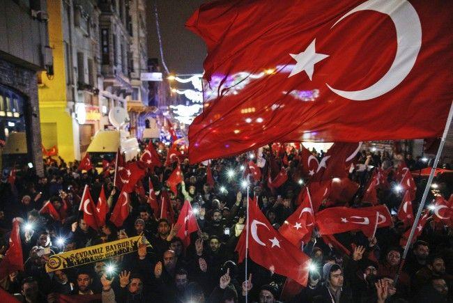 Vor dem niederländischen Konsulat in Istanbul kam es zu Protesten.