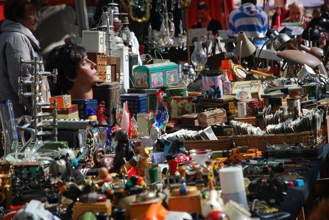 Im Liechtensteinpark darf beim Flohmarkt nach Schätzen gestöbert werden