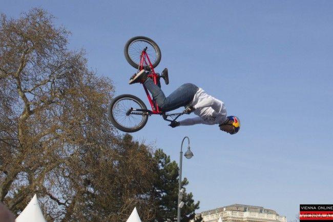 Ein buntes Programm und wilde Stunts erwarten die Besucher.