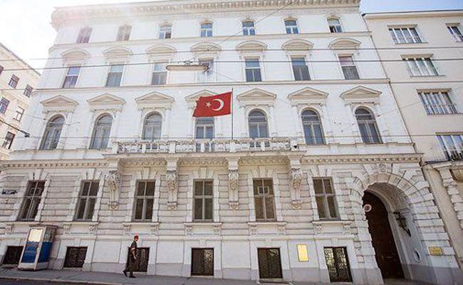 Die Identitären verteilten Tickets vor der türkischen Botschaft.