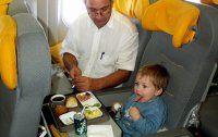 Fliegen mit Baby und Klein- kind: Das ist zu beachten
