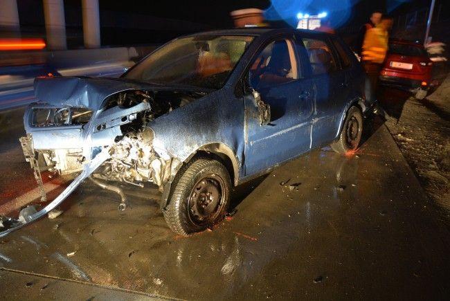 Eines der beschädigten Fahrzeuge auf der S2 in Wien-Donaustadt.